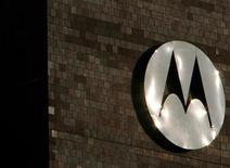 <p>Foto de archivo del logo de la firma Motorola en su casa matriz de Schaumberg, EEUU, feb 3 2009. Motorola Mobility, que fue comprada por Google Inc por 12.500 millones de dólares, recortará un 20 por ciento de su fuerza de trabajo y cerrará casi un tercio de sus oficinas en todo el mundo, dijo Google el lunes. REUTERS/John Gress</p>
