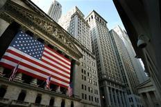 <p>Au vu d'indicateurs économiques clairsemés et de la rareté des éléments susceptibles d'orienter les cours, les intervenants de Wall Street examineront surtout, la semaine prochaine, les éléments proprement techniques pour déterminer si le rally estival qui a pris des allures d'escargot se traduira par un retournement baissier le mois prochain. /Photo d'archives/REUTERS/Mike Segar</p>