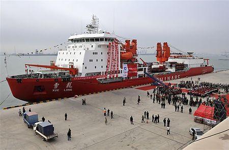 天津港に停泊する中国の砕氷船「雪竜」(2011年11月3日、中国天津)(チャイナ・デーリー提供)