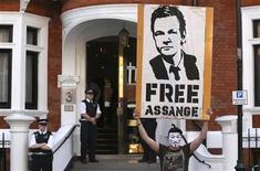 <p>Foto de archivo de un manifestante con un afiche en favor del fundador de WikiLeaks Julian Assange en las afueras de la embajada de Ecuador en Londres, ago 17 2012. Una serie de sitios de internet del Gobierno británico fueron hackeados en las últimas 24 horas, luego de que el grupo de hackers Anonymous dijera que había lanzado ataques para protestar por el manejo del caso que afecta al fundador de WikiLeaks, Julian Assange. REUTERS/Neil Hall</p>
