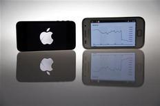 <p>Imagen de archivo de unos teléfonos iPhone 4s de Apple (a la izquierda en la imagen) junto a un Samsung Galaxy S en Berlín, ago 27 2012. Las acciones de Apple subían con fuerza antes de la apertura del mercado el lunes, luego de que el fabricante del iPhone ganara una complicada batalla de patentes contra Samsung Electronics Co Ltd. REUTERS/Pawel Kopczynski</p>