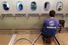 <p>Le président de la compagnie aérienne Philippine Airlines a annoncé mardi la commande de 54 appareils à Airbus, à savoir 10 long-courriers A330-300 et 44 appareils de la famille des A321. /Photo d'archives/REUTERS/Stephane Mahé</p>