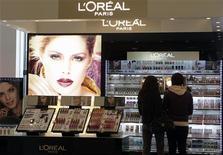 <p>L'Oréal fait état d'une solide progression de ses résultats semestriels, portés surtout par les performances de sa division de produits de luxe. Le numéro un mondial des cosmétiques entend également racheter ses actions pour un montant maximum de 500 millions d'euros. /Photo prise le 13 avril 2012/REUTERS/Ints Kalnins</p>