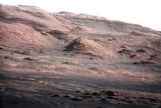 <p>La base del monte Sharp fotografiada por la nava de Curiosity de la NASA, Marte, ago 27 2012. La NASA divulgó las primeras imágenes en color y alta resolución tomadas por el vehículo Curiosity en Marte, que muestran un montón de capas de roca donde los científicos estudian centrar su búsqueda de ingredientes químicos de la vida en el Planeta Rojo. REUTERS/NASA/Handout Imagen para uso no comercial, ni ventas, ni archivos. Solo para uso editorial. No para su venta en marketing o campañas publicitarias. Esta imagen fue entregada por un tercero y es distribuida, exactamente como fue recibida por Reuters, como un servicio para clientes.</p>