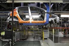 <p>Chaîne de montage à l'usine PSA de Poissy, près de Paris. Les usines automobiles françaises redémarrent peu à peu après la coupure traditionnelle d'août qui n'a pas chassé les inquiétudes suscitées par l'annonce des réductions d'effectifs chez PSA et la faiblesse persistante des ventes de voitures. /Photo prise le 27 janvier 2012/REUTERS/Benoît Tessier</p>