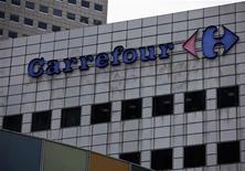 <p>Carrefour a présenté mercredi aux syndicats un programme de suppression de 500 à 600 emplois dans les sièges et les fonctions support du groupe en France, selon des sources syndicales. /Photo prise le 29 août 2012/REUTERS/Tim Chong</p>