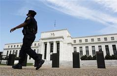 <p>Le siège de la Réserve fédérale, à Washington. Selon le livre beige de la Fed, l'économie américaine a continué de progresser graduellement au mois de juillet et début août, même si l'activité manufacturière a ralenti dans de nombreuses régions du pays. /Photo prise le 22 août 2012/REUTERS/Larry Downing</p>
