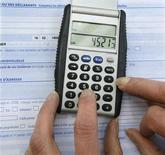 <p>Le gouvernement n'intègrera pas les biens professionnels dans l'assiette de l'impôt de solidarité sur la fortune (ISF), déclare le ministre de l'Economie et des Finances Pierre Moscovici dans une interview dans l'édition de jeudi des Echos. /Photo d'archives/REUTERS/Charles Platiau</p>