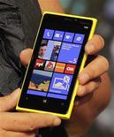<p>Foto de archivo de un ejecutivo de Nokia mostrando el nuevo Lumia 920 con sistema operativo Windows 8 en un evento en Nueva York. Sep 5, 2012. REUTERS/Brendan McDermid</p>
