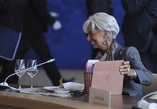 <p>Lors du sommet annuel de coopération pacifique de la région Asie-Pacifique à Vladivostok, la directrice générale du Fonds monétaire international, Christine Lagarde, soutient que le FMI est prêt à jouer un rôle dans la conception et le suivi du programme de rachats illimités d'obligations souveraines annoncé cette semaine par la Banque centrale européenne. /Photo prise le 9 septembre 2012/REUTERS/Alexey Filippov/RIA Novosti/www.apec2012.ru/Handout</p>