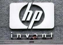 <p>Foto de archivo de un hombre frente al logo de Hewlett Packard en su casa matriz francesa en Issy le Moulineaux, sep 16 2005. Hewlett Packard planea despedir a 29.000 empleados en los próximos dos años, lo que representa un aumento de 2.000 respecto a cifras iniciales, mientras intenta reiniciar una senda de crecimiento. REUTERS/Charles Platiau/Files</p>