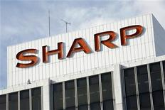 <p>Foto de archivo del logo de la firma Sharp en su salón de muestras en Tokio, ene 10 2009. El atribulado fabricante de televisores japonés Sharp dijo que reducirá los sueldos de sus directivos en un 10 por ciento durante un año y que buscará extender la medida a otras áreas en un nuevo intento por generar ahorros. REUTERS/Stringer</p>