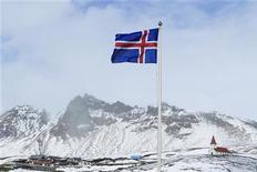<p>La banque centrale islandaise a estimé lundi que l'appartenance à l'Union économique et monétaire serait la meilleure option pour le pays si celui-ci décidait d'abandonner la couronne à la suite de l'implosion financière de l'île il y a près de quatre ans. /Photo d'archives/REUTERS/Lucas Jackson</p>