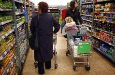 <p>La hausse des prix à la consommation a été moins marquée en août qu'en juillet en Grande-Bretagne, malgré une hausse des coûts énergétiques. Sur un an, l'inflation est ressortie à 2,5% le mois dernier. /Photo d'archives/REUTERS/Eddie Keogh</p>