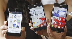 <p>LG Electronics a présenté mardi un nouveau smartphone haut de gamme, l'Optimus G, compatible avec les réseaux mobiles à très haut débit. L'appareil, qui fonctionne avec la plate-forme Android de Google, est équipé d'un appareil photo à commande vocale de 13 millions de pixels et d'un écran de 4,7 pouces dont la qualité est supérieure à celle de l'iPhone et du Galaxy SIII. /Photo prise le 18 septembre 2012/REUTERS/Lee Jae-Won</p>
