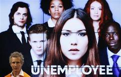 """<p>Alessandro Benetton, le président du groupe Benetton, a présenté mardi la nouvelle campagne de l'entreprise familiale qui consiste à identifier les jeunes """"non-employés de l'année"""", en l'occurrence des chômeurs, porteurs de projets pouvant relancer l'économie. /Photo prise le 18 septembre 2012/REUTERS/Stefan Wermuth</p>"""