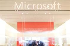 <p>Imagen de archivo del interior de una tienda de Microsoft en San Diego, EEUU, ene 18 2012. Microsoft Corp aumentó el martes su dividendo un 15 por ciento el martes, con lo que elevó el rendimiento a alrededor de un 2,9 por ciento, en el extremo más alto del sector tecnológico. REUTERS/Mike Blake</p>