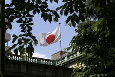 <p>La Banque du Japon (BoJ) a de nouveau assoupli sa politique monétaire mercredi en annonçant une augmentation de ses achats de titres deux fois supérieure au montant habituel, une décision prise face au ralentissement de l'économie nippone, que les tensions des derniers jours avec la Chine risquent d'amplifier. /Photo prise le 23 mai 2012/REUTERS/Toru Hanai</p>