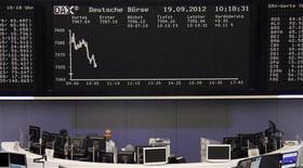 <p>À Francfort, le Dax était stable (-0,01%) vers 12h50, tout comme le CAC 40 (+0,01%). Les Bourses européennes ont réduit voire effacé leurs gains à mi-séance, pénalisés en cours de matinée par la reprise des interrogations concernant la volonté de Madrid de demander une aide internationale, une démarche nécessaire à la mise en oeuvre des mesures de soutien de la Banque centrale européenne (BCE). /Photo prise le 19 septembre 2012/REUTERS/Remote/Lizza May David</p>