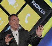 <p>Stephen Elop lors de la présentation des premiers combinés Nokia équipés du système d'exploitation mobile de Microsoft Windows Phone 8, au début du mois. Le directeur général du groupe finlandais n'a que quelques mois pour prouver que sa stratégie est la bonne mais il est peu probable que le nouveau smartphone de l'ex-numéro un des téléphones portables, le Lumia 920, séduise les clients d'Apple ou de Samsung. /Photo prise le 5 septembre 2012/REUTERS/Brendan McDermid</p>