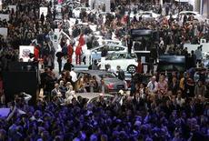 <p>Au Mondial de l'Automobile à Paris, où Renault et Daimler ont annoncé vendredi un nouveau projet de moteur commun dans le cadre de l'élargissement de leur alliance scellée en 2010. /Photo prise le 27 septembre 2012/REUTERS/Christian Hartmann</p>