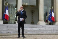<p>Jean-Marc Ayrault, dans la cour de l'Elysée, à la sortie du conseil des ministres. Le gouvernement table sur un effort de redressement budgétaire global de 37 milliards d'euros en 2013 pour ramener le déficit public à 3% du PIB. /Photo prise le 28 septembre 2012/REUTERS/Philippe Wojazer</p>