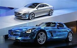 <p>La Mercedes-Benz Concept Style Coupe (en haut) et la Mercedes-Benz SLS AMG Electric Drive, présentées au Mondial de l'automobile à Paris. Les constructeurs espèrent avoir trouvé la formule magique en combinant deux catégories que tout semble a priori opposer : voitures de sport et voitures écologiques, pour continuer à faire rêver dans un climat de crise. /Photo prise le 27 septembre 2012/REUTERS/Jacky Naegelen</p>