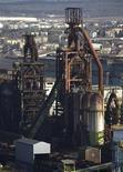 <p>ArcelorMittal serait d'accord pour céder à un repreneur les deux hauts-fourneaux de Florange (Moselle) devenus un symbole de la crise et dont le groupe doit annoncer l'arrêt définitif lundi, selon le quotidien Libération. /Photo prise le 20 février 2012/REUTERS/Vincent Kessler</p>