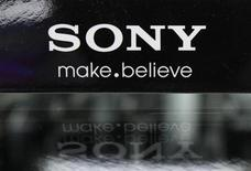 <p>Foto de archivo del logo de la firma Sony en una tienda de artículos electrónicos en Tokio, jun 27 2012. Recortes de precios ayudaron a la japonesa Sony Corp a convertirse en el cuarto mayor fabricante de teléfonos inteligentes en mercados europeos claves entre julio-septiembre, superando a Nokia y a la fabricante del BlackBerry, Research In Motion, dijo el lunes Kantar, una firma de estudios del mercado. REUTERS/Yuriko Nakao</p>