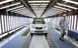 <p>Usine Toyota à Tianjin, en Chine. Les constructeurs automobiles japonais Toyota, Nissan et Honda vont réduire de près de la moitié leur production en Chine pour tenir compte de la chute de leurs ventes en raison des tensions territoriales entre les deux pays, écrit lundi le journal japonais Nikkei. /Photo d'archives/REUTERS</p>