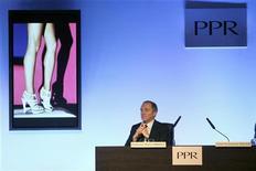 <p>François-Henri Pinault, le PDG de PPR, à suivre lundi à la Bourse de Paris ou le CAC 40 cède 1,24% à la mi-séance. Le groupe, seule valeur du CAC à être dans le vert à 12h15, devrait rendre publiques mardi les modalités de sa sortie de la Fnac. /Photo d'archives/REUTERS/Charles Platiau</p>