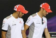 <p>Lewis Hamilton (à gauche) a accusé à tort Jenson Button de lui avoir manqué de respect pour s'être désabonné de son compte Twitter. En réalité, Button ne l'avait jamais suivi sur le site de micro-blogging. /Photo prise le 4 octobre 2012/REUTERS/Kim Kyung-Hoon</p>