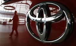 <p>Les ventes de Toyota en Chine ont chuté de 48,9% en septembre par rapport au même mois de 2011, conséquence du sentiment anti-japonais dans ce pays après un différend territorial. /Photo d'archives/REUTERS/Toru Hanai</p>