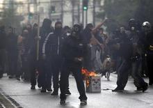 <p>La police grecque a fait usage de gaz lacrymogène et de grenades assourdissantes mardi dans le centre d'Athènes pour repousser des manifestants dénonçant la venue d'Angela Merkel. /Photo prise le 9 octobre 2012/REUTERS/Yannis Behrakis</p>