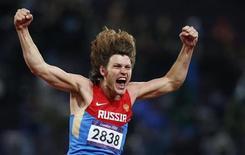 <p>De l'ivresse de l'alcool à Lausanne, à celle de la victoire à Londres ci-dessus, le sauteur en hauteur russe Ivan Ukhov est parvenu à s'assagir et améliorer ses résultats sportifs. /Photo prise le 7 août 2012/REUTERS/Mark Blinch</p>