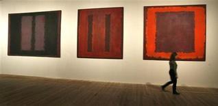 <p>Toiles appartenant à la série Seagram de Mark Rothko exposées à la Tate Modern de Londres. Un homme soupçonné d'avoir dégradé en la barbouillant une oeuvre de l'artiste russo-américain Mark Rothko à la Tate Modern à Londres, a été arrêté. La toile appartenait à la série des tableaux muraux Seagram. /Photo d'archives/REUTERS/Andrew Winning</p>
