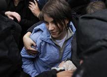 """<p>Yekaterina Samutsevich, integrante del grupo """"Pussy Riot"""", sale de una corte tras ser liberada en Moscú, oct 10 2012. Un tribunal de Moscú liberó el miércoles a una integrante de la banda punk Pussy Riot en la fase de apelación del juicio, pero mantuvo las sentencias de prisión para las otras dos condenadas por una protesta en una catedral contra el presidente Vladimir Putin, quien dijo que tenían la condena que se merecían. REUTERS/Maxim Shemetov</p>"""