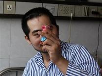 <p>Zhang Tingzhen juega con un muñeco en el hospital de Shenzhen en China, sep 26 2012. El principal ensamblador de productos Apple ha estado presionando para que un trabajador chino que sufrió daños cerebrales en un accidente en la fábrica sea trasladado del hospital donde se encuentra internado, en un caso que pone nuevamente el foco en los derechos laborales en China. REUTERS/Stringer</p>