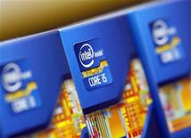 <p>Imagen de archivo de unos microprocesadores de Intel en una tienda en Seúl, jun 21 2012. Intel Corp registró ingresos por 13.500 millones de dólares en el tercer trimestre y ganancias por 3.000 millones de dólares, o 58 centavos por acción, en momentos en que la industria de los computadores personales lucha con una tambaleante economía global y un giro de los consumidores hacia las tabletas. REUTERS/Choi Dae-woong</p>