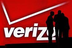 <p>Verizon Communications a enregistré une hausse de 16% de son bénéfice au cours du troisième trimestre grâce à la croissance du chiffre d'affaires de ses activités de téléphonie mobile, portées par une hausse des tarifs et le lancement de l'iPhone 5 d'Apple. /Photo d'archives/REUTERS/Rick Wilking</p>