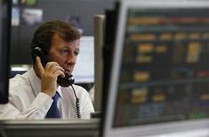 <p>L'Espagne a placé jeudi pour 4,6 milliards d'euros d'obligations, un montant plus important qu'attendu, à des rendements en baisse et au plus bas depuis février pour les titres à dix ans. /Photo prise le 18 octobre 2012/REUTERS/Andrea Comas</p>