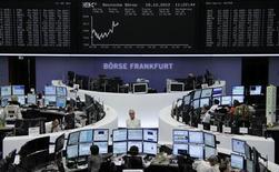 <p>Les Bourses européennes hésitent toujours à la mi-séance à l'approche d'un plus haut d'un mois, les marchés actions étant d'un côté soutenu par les statistiques chinoises et voyant de l'autre les gains limités par certains résultats d'entreprise décevants. Vers 12h30, le CAC 40 cédait 0,08% à Paris, la Bourse de Francfort prenait en revanche 0,39% et celle de Londres gagnait 0,13%. /Photo prise le 18 octobre 2012/REUTERS/Remote/Lizza David</p>
