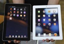 <p>Une tablette Galaxy de Samsung (à gauche) et un iPad d'Apple. Le groupe à la pomme a subi jeudi un revers judiciaire contre son grand concurrent Samsung Electronics, la justice britannique ayant rejeté son appel contre une décision stipulant que la tablette Galaxy du sud-coréen ne violait aucun des brevets de l'iPad. /Photo prise le 27 août 2012/REUTERS/Lee Jae-Won</p>