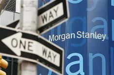 <p>Morgan Stanley a accusé une perte nette au troisième trimestre, bien que les résultats des opérations maintenues aient fortement progressé à la suite d'une hausse du chiffre d'affaires du trading, hors charges pour prendre en compte la valeur de sa propre dette. /Photo d'archives/REUTERS/Lucas Jackson</p>