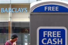 <p>Barclays a provisionné 700 millions de livres sterling (862,65 millions d'euros) supplémentaires pour couvrir les litiges liés à d'anciennes pratiques contestables en matière de commercialisation de polices d'assurance britanniques. Le montant total de ses provisions s'élève désormais à 2 milliards de livres. /Photo prise le 30 août 2012/REUTERS/Darren Staples</p>
