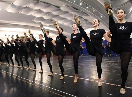 Dancers from the Radio City Rockettes rehearse for the 2012 edition of the Radio City Christmas Spectacular in New York October 18, 2012. REUTERS-Carlo Allegri