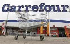 <p>Carrefour a annoncé jeudi soir la cession de ses activités colombiennes au groupe chilien Cencosud pour une valeur d'entreprise de deux milliards d'euros. L'opération devrait être finalisée d'ici la fin 2012. /Photo d'archives/REUTERS/Francois Lenoir</p>