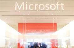 <p>Microsoft est l'une des valeurs à suivre à Wall Street, après avoir fait état jeudi d'une baisse de 22% de son bénéfice au premier trimestre de son exercice décalé, imputable notamment à la baisse des ventes de micro-ordinateurs. /Photo prise le 18 janvier 2012/REUTERS/Mike Blake</p>