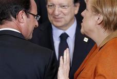 <p>François Hollande, avec le président de la Commission européenne José Manuel Barroso et la chancelière allemande Angela Merkel, lors d'un sommet européen à Bruxelles. Les dirigeants européens ont confirmé dans la nuit de jeudi à vendredi que l'ensemble des 6.000 banques de la zone euro seraient soumises à une supervision unique à partir du 1er janvier 2014. Ils ont toutefois donné un peu plus de temps à la Banque centrale européenne pour mettre en place ce dispositif. /Photo prise le 18 octobre 2012/REUTERS/Christian Hartmann</p>