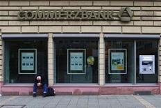 <p>Commerzbank étudie différentes options pour accélérer la cession des actifs de sa structure de défaisance et les réduire de moitié d'ici 2016, à 80 milliards d'euros, selon deux sources au fait du dossier. /Photo prise le 31 juillet 2012/REUTERS/Alex Domanski</p>